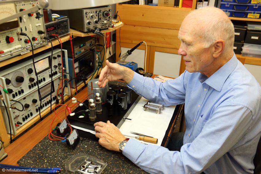 Hier arbeitet Dr. Burkhardt Schwäbe gerade an der Bestückung einer OTL-Stereo-Endstufe