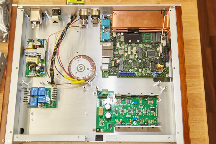 Blick in das Untergeschoss eines Model 2: ein weiteres lineares Netzteil und das Schaltnetzteil für das Computerboard oben rechts