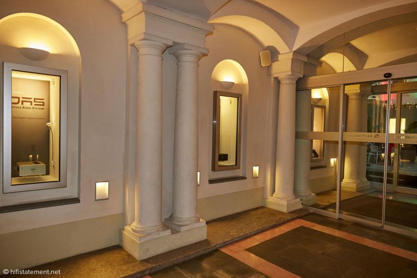 Auch in der Passage zum Innenhof des Hauses der Musik ist DAS präsent. Direkt gegenüber hat ein Instrumentenbauer seine Werkstatt