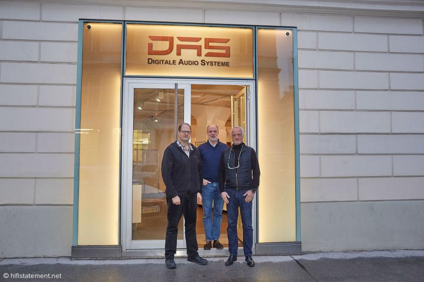 Im Eingang zum Showroom in der Seilerstätte: Die Diplom-Ingenieure Ulrich Rockstroh und Andreas Kyriakos und in ihrer Mitte Alexej Ogorek