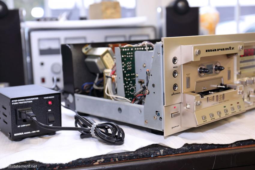 Das Betreiben eines 110-Volt Gerätes - hier ein Marantz SD-9000 mit den zwei wählbaren Geschwindigkeiten 4,75 cm/sek und 9,5 cm/sek - ist mit einem externen Transformator an 230 Volt kein Problem, wirkt aber keineswegs gediegen