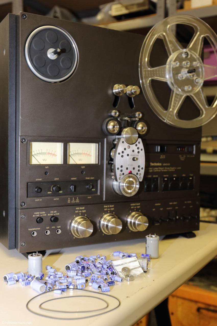 Diese Technics Bandmaschine RS-1500 US wurde vierzehn Stunden lang restauriert. Dabei wurden die vor der Maschine ausgebreiteten Teile ausgetauscht. Dazu gehören Zählwerkriemen, die zwei Kugellager der Umlenkrollen und die Bremsbeläge aus Leder. Diese sind jedoch nicht auf dem Foto zu sehen, da sie völlig zerbröselt waren