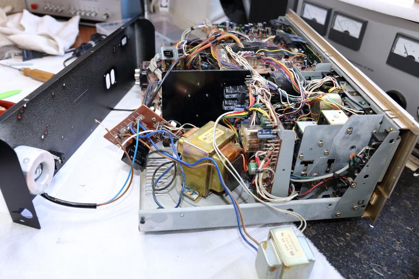 Bei EternalArts geht man anders zu Werke, indem man einen Autoformer – hier an der Rückwand montiert – zusätzlich einbaut. Der verlängert die Primärwicklung des Trafos und macht ihn für 230 Volt betriebsbereit
