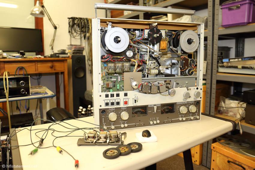 Die Ferrograph Logic 7 wurde von 1/4-Spur auf 1/2-Spur mit neuwertigem Tonkopf-Satz umgebaut. Die Verschleißteile Capstan-Rolle und Idler-Wheels wurden erneuert. Wussten Sie, dass der Cinch-Stecker ursprünglich von der Radio Corporation of America (RCA) für interne Geräte-Verbindungen entwickelt wurde?