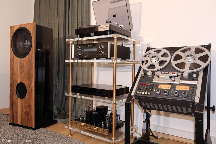 Restauriertes und Neues im stimmigen Zusammenspiel. Eine EternalArts-Stereo-Endstufe OTL Mark II mit vergoldeter Front, von der nur noch ganz wenige Exemplare zu haben sind – inzwischen wird die MK III mit schwarzer Front gefertigt – betreibt die Lautsprecher von Live Act Audio. Als Frontend musizieren neben der Bandmaschine der bereits erwähnte Marantz 6320 Plattenspieler und der McIntosh C-220 Vorverstärker. Darunter steht ein EternalArts Tube Digital Player DP bereit