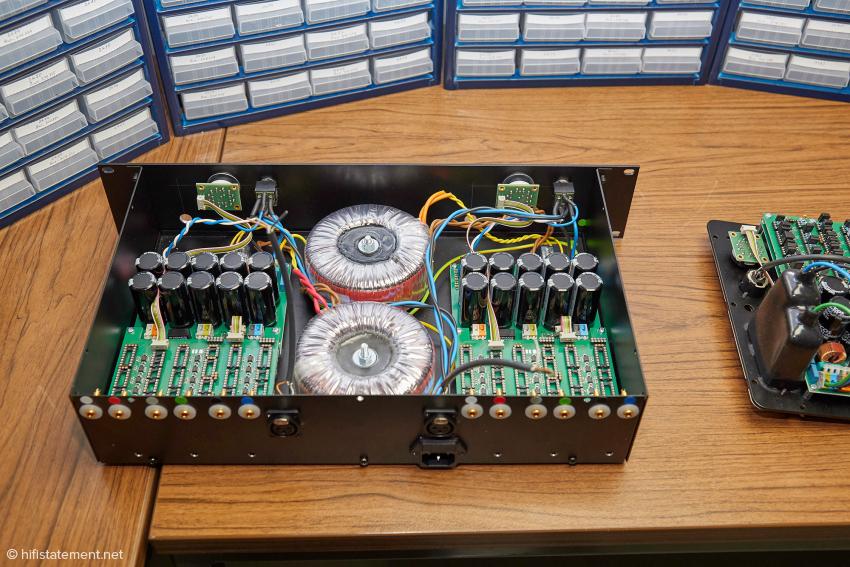 Eine Stereo-Drei-Kanal Endstufe mit aktiven, phasenparallelen Frequenzweichen