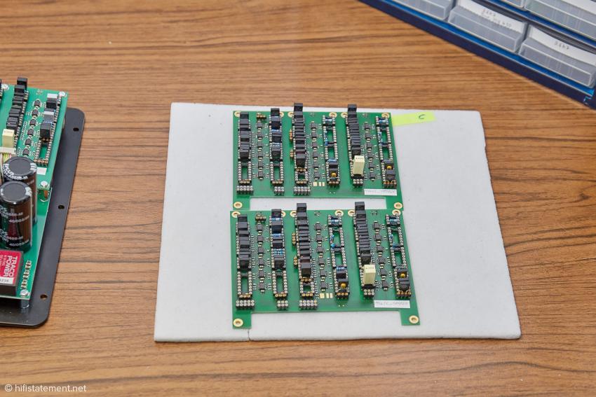 Zwei Weichen-Module mit Steckplätzen zur Bestückung mit Bauteilen für die gewünschten Übergangsfrequenzen