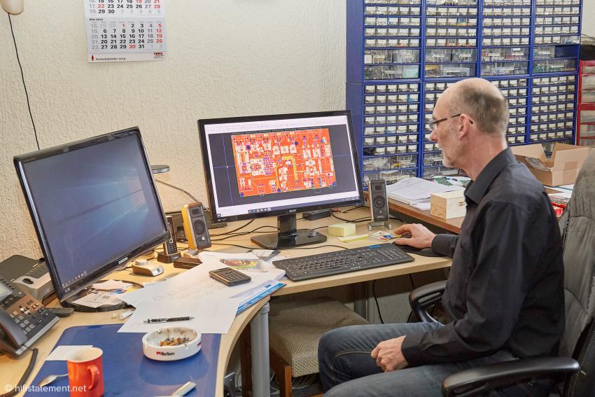 Entwickler Stefan Wehmeier vor Computern und Bauteilen zur Prototyp-Fertigung
