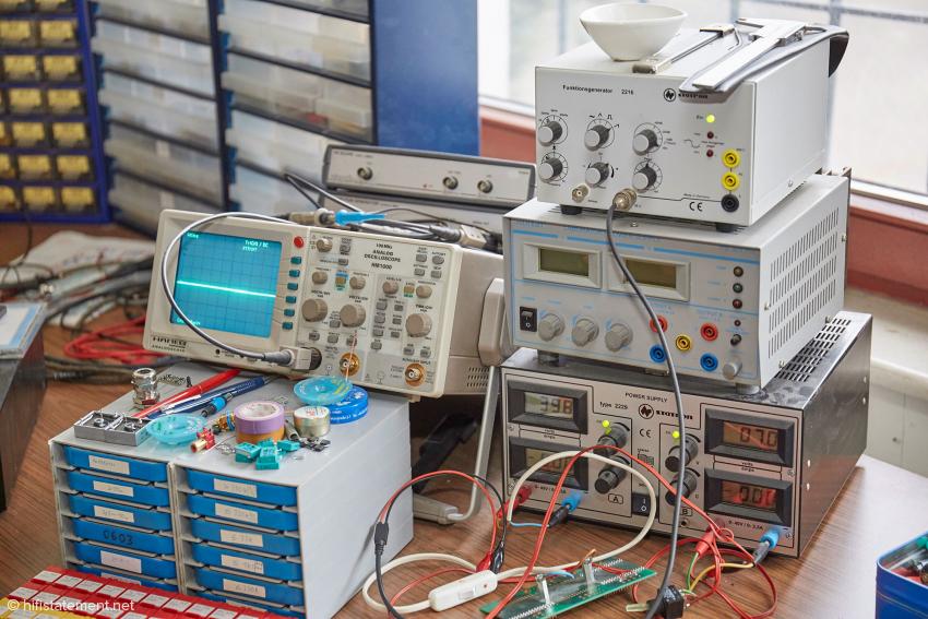 Messequipment im Büro des Entwicklers