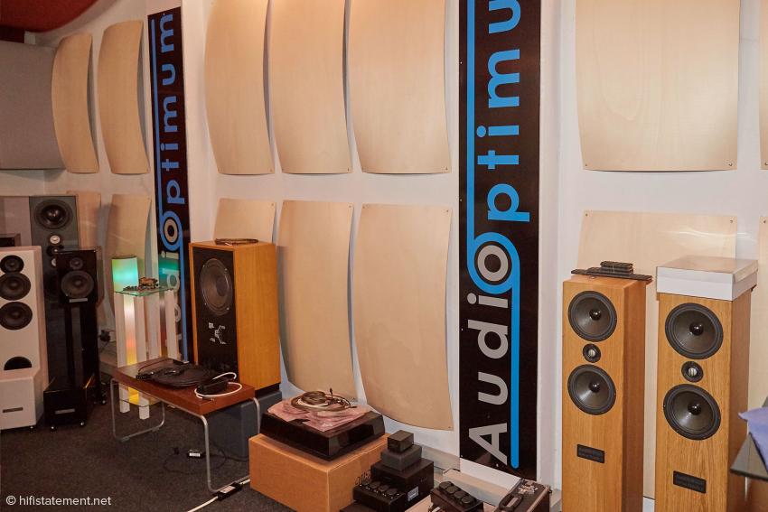 Die Seitenwände mit Akustikelementen: Der Raum klingt lebendig und ist keinesfalls überbedämpft
