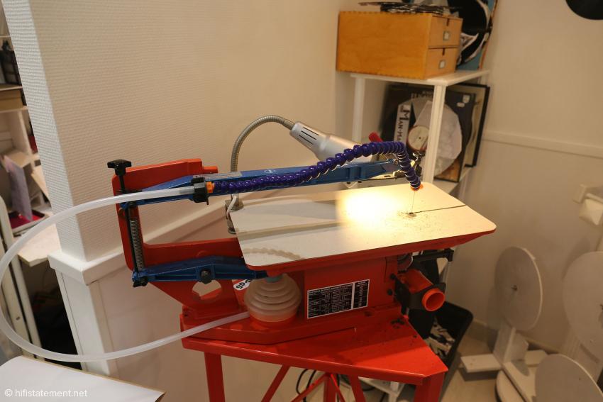 Mit dieser Säge wird die Form erstellten, die Schnittkanten werden dann per Hand nachgearbeitet