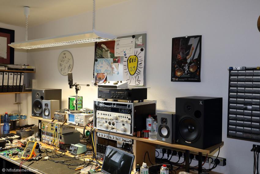 Im selben Raum wie Bastian Neu entwickelt Jens Gronwald, der den Tag im Home Office verbrachte. Man beachte die Vereinsfarben