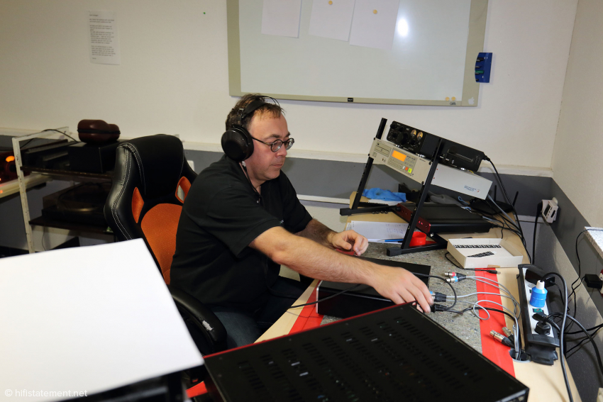 André Inderfurth beim Hör- und Funktionstest