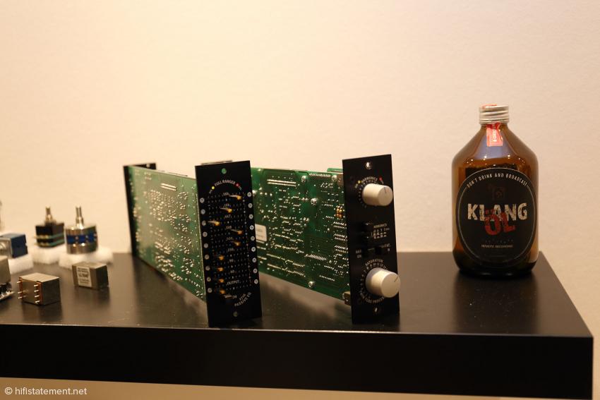 Mehr feine Elektronik und Bierflasche mit wichtigem Warnhinweis