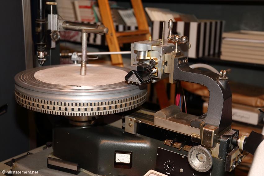 Die Schneidemaschine für die Dubplates im Studio neben der Bühne