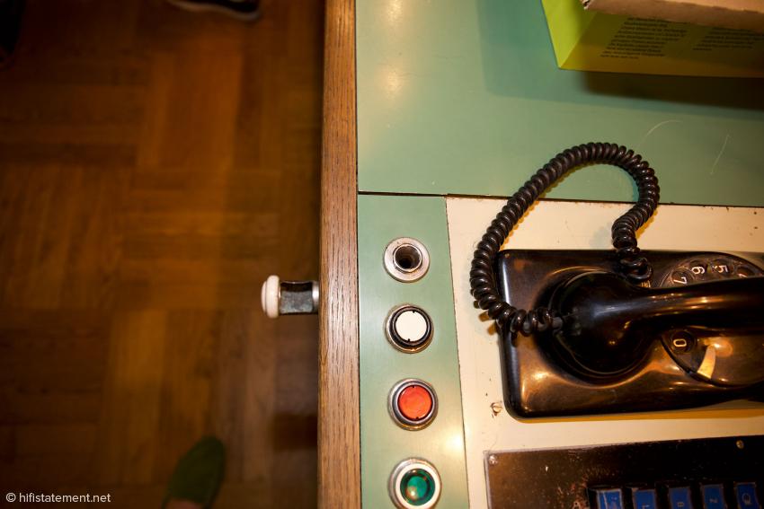 Standard oder Sonderausstattung? Der Mini-Aschenbecher unter dem Telefon