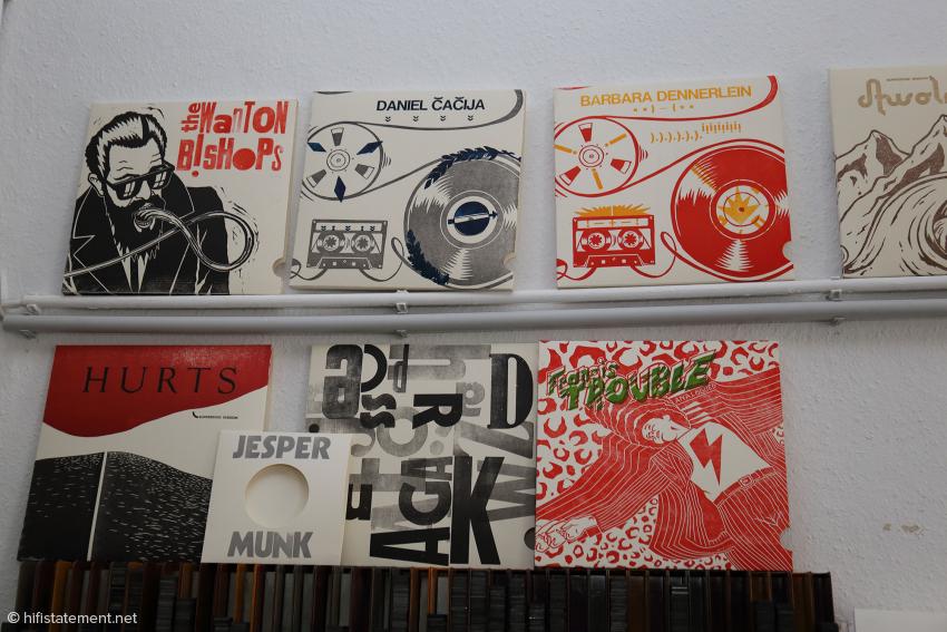 In der Werkstatt schräg gegenüber dem Cafe werden unter anderem die Cover produziert