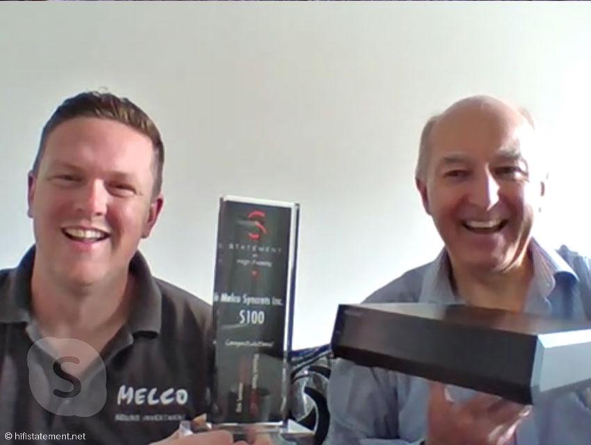 Daniel Raggett mit dem Award für den Melco S100, den Alan Ainslie präsentiert