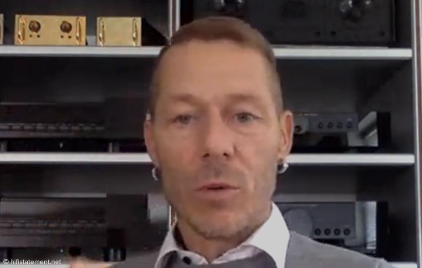 Rune Skov vor einem Regal mit legendären Komponenten von Gryphon Audio Designs
