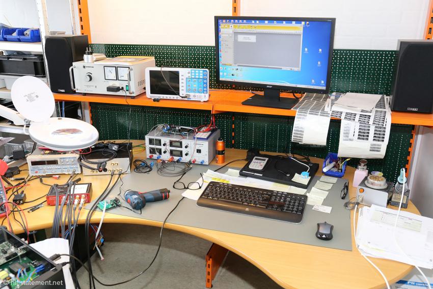 Hinter der Kabelfertigung liegt die Elektronikabteilung mit dem Mess- und Prüfplatz