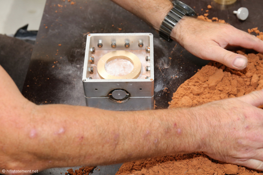 In the meantime a dummy ring is placed in a casting mould