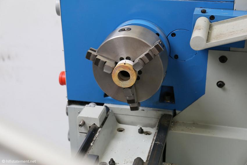 Auf der Drehmaschine wird die Oberfläche auf Maß gebracht