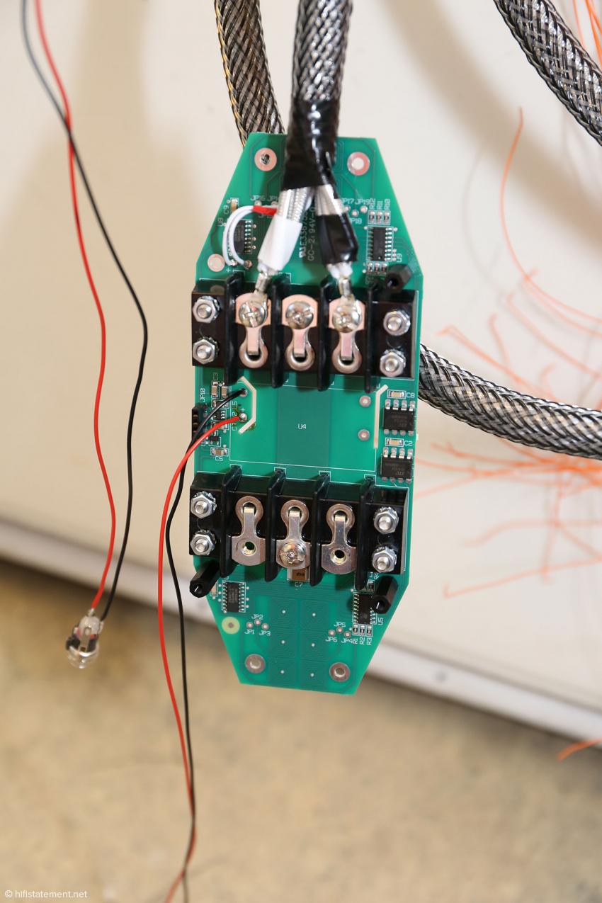 Die aktive Elektronik eines Lautsprecherkabels. Links die Kabel mit der Buchse für die Stromversorgung