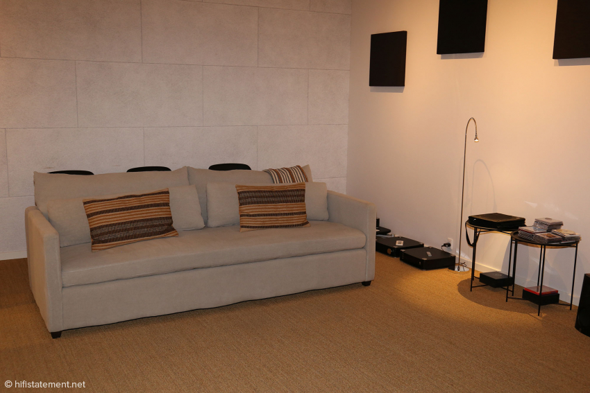 This is the sofa in the listening room where the top-of-the-range system is installed. The room is obviously only moderately treated, but allows the finest changes to become apparent