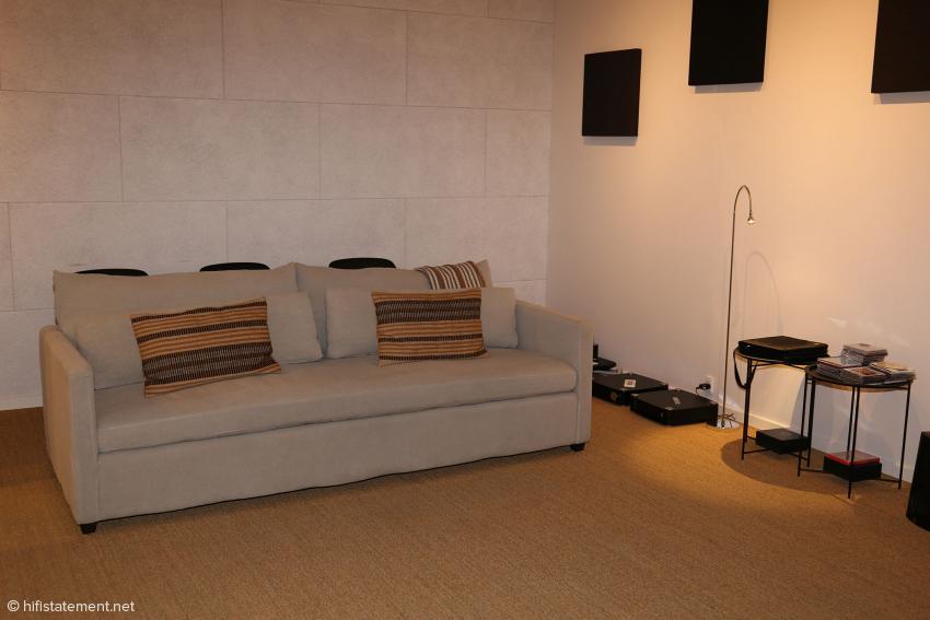 Das Sofa im Hörraum mit der Top-Anlage. Der Raum ist offensichtlich nur moderat behandelt, lässt aber feinste Veränderungen deutlich werden