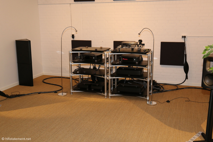 The view from the sofa: The Titanium racks are equipped with the components of the 580 line: Again, the portfolio consists of an integrated amplifier, a DAC, a streamer and a phono stage