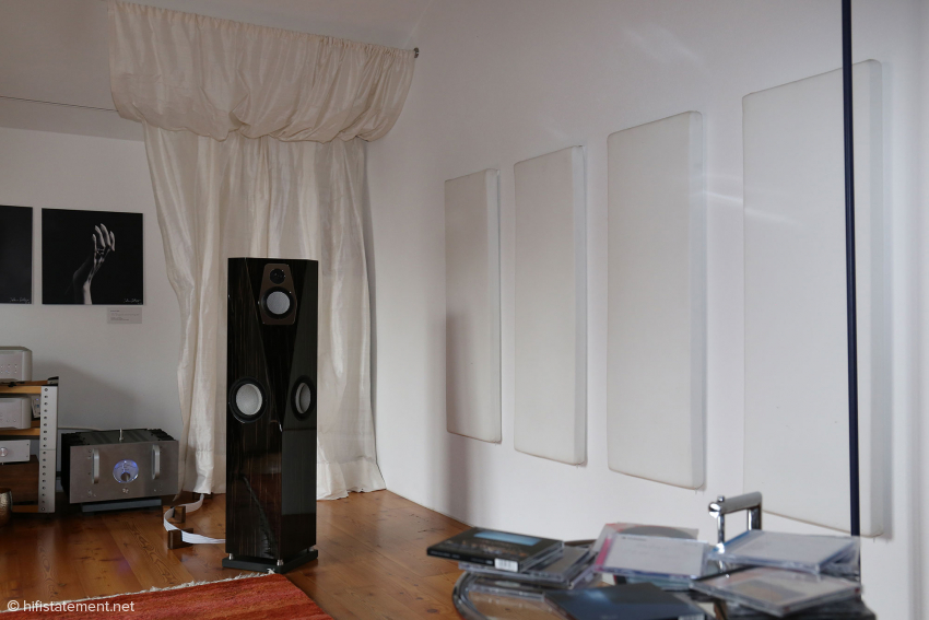 The listening room shows a moderate acoustical treatment. Chiemsee Hifi also offers individual acoustic solutions