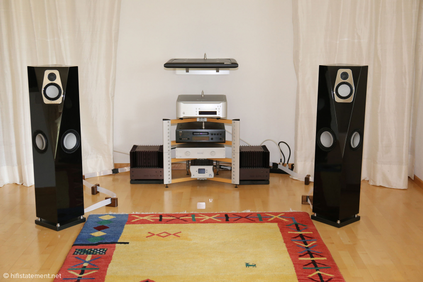 The second listening room is equipped with Esoteric and Pass as well