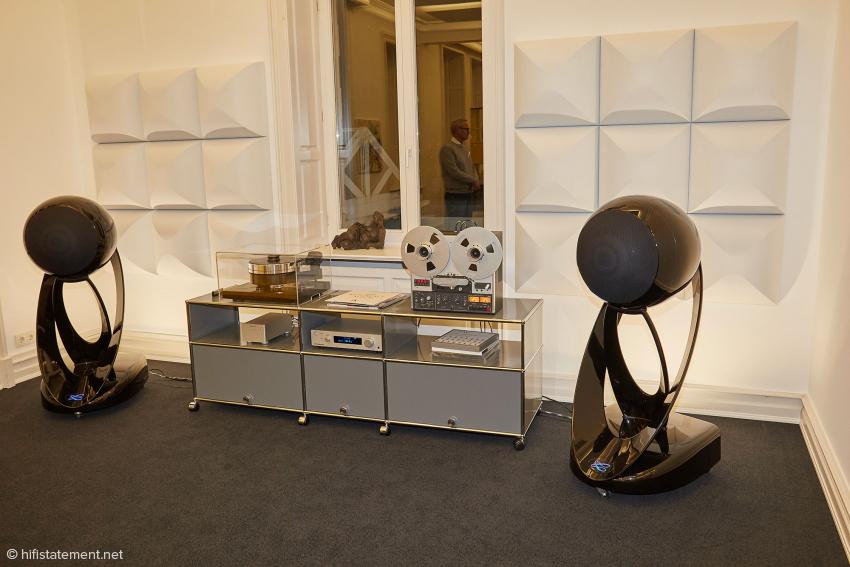 Mindestens ebenso exklusiv wie die großen ATCs sind die Cabasse L'Océan, ein aktives DSP-kontrolliertes Lautsprechersystem mit Raumeinmessung. Als Programmquellen dienen eine Revox-Bandmaschine und ein Pro-Ject RPM 10 Carbon. Der Signale des Ortofon-Systems nimmt sich Blue Amps fantastisches Topmodell an: das model 42 MK III