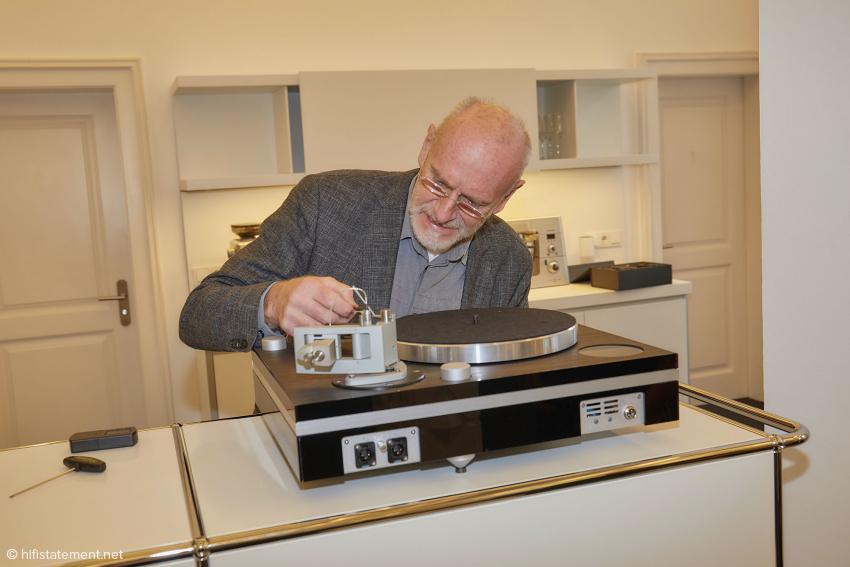 Zufällig war Helmut Thiele während meines Besuchs in Eltville, um die letzte Version seines Tonarms zu installieren