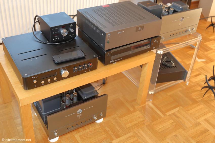 Mit diesen Geräten wird im zweiten Hörraum ein geeignetes System für Lautsprechertests zusammengestellt, oft auch in Kombination mit Kabeln oder einem Gerät aus der großen Anlage