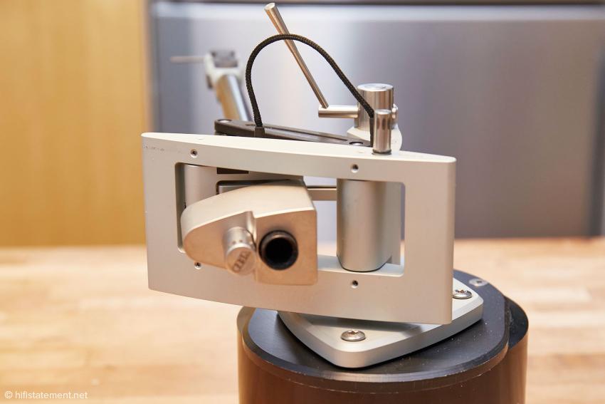 Das Tonarmlager befindet sich im drehbaren Metallrahmen, der auch die Verbindung zum höhenverstellbaren Teil der Armbasis herstellt