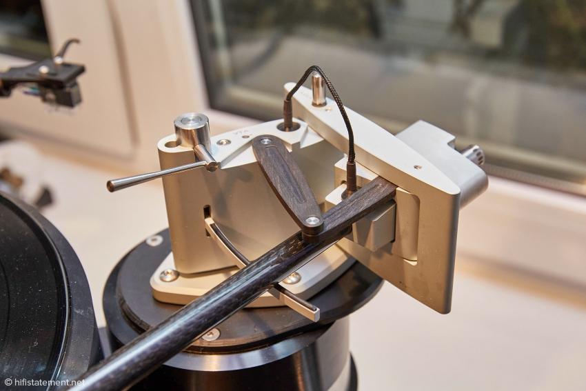 Die beiden Hebel aus Ebenholz verändern die Position des Rahmens und damit des Lagerpunktes beim Weg des Armes über die Platte. Hier befindet sich der Arm am Anfang der Platte