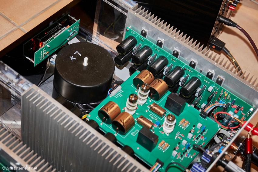 Die Verstärkerzüge für die beiden Halbwellen werden jeweils von einem eigenen, satt dimensionierten Ringkerntrafo gespeist