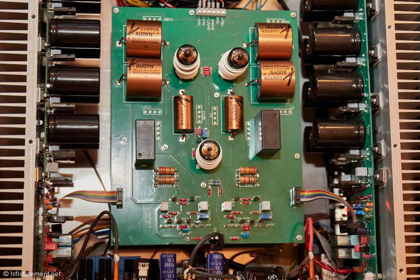 Die Spannungsverstärkungsstufe mit den Koppelkondensatoren. Darunter befindet sich die Platine für die Stromversorgung