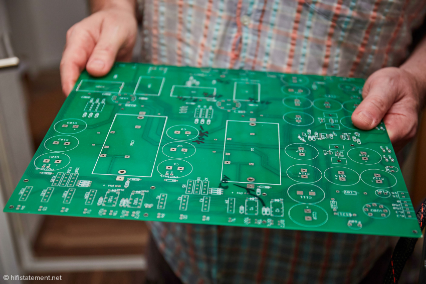 Für mich die Überraschung des Besuchs: So bekommt Andreas Schönberg die Platinen für seine Elektronik. Die Bestückung nimmt er selbst per Hand vor, auch bei SMD-Technik. Nur so ließen sich ausgesuchte Bauteile integrieren