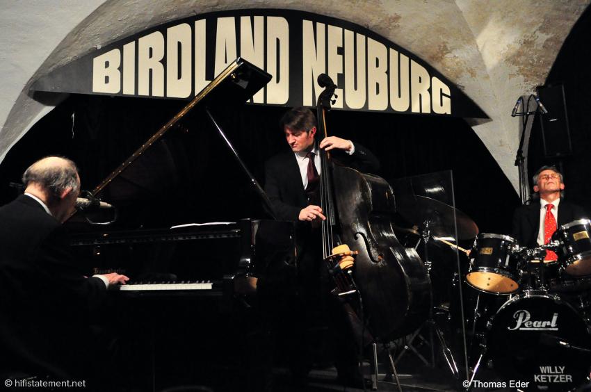 """Paul Kuhn wurde von Martin Gjakonovki und Willy Ketzer begleitet. Eine Plexiglaswand zwischen dem Bassisten und dem Power-Schlagzeuger (""""Dynamik ist auch laut"""") verringert das Übersprechen zwischen den Instrumenten"""
