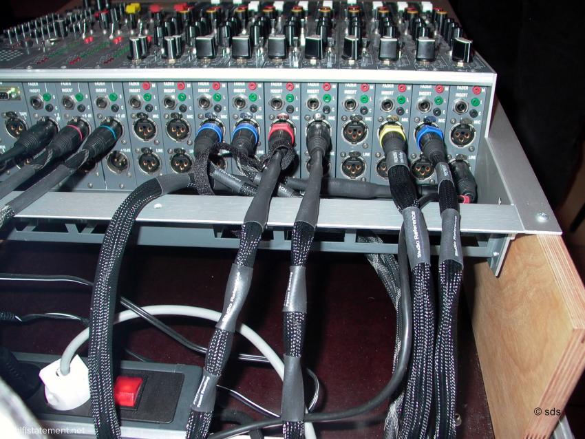 Alle Mikrofonkabel und die Weiterleitung aus dem Acousta-Pult auf die Verteiler-Karte von ANT stammen aus der Stage Reference und Studio Reference Serie von Kubala-Sona
