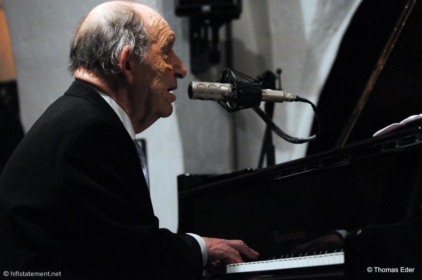 Paul Kuhn sang und moderierte über ein fein restauriertes Neumann KMS 85