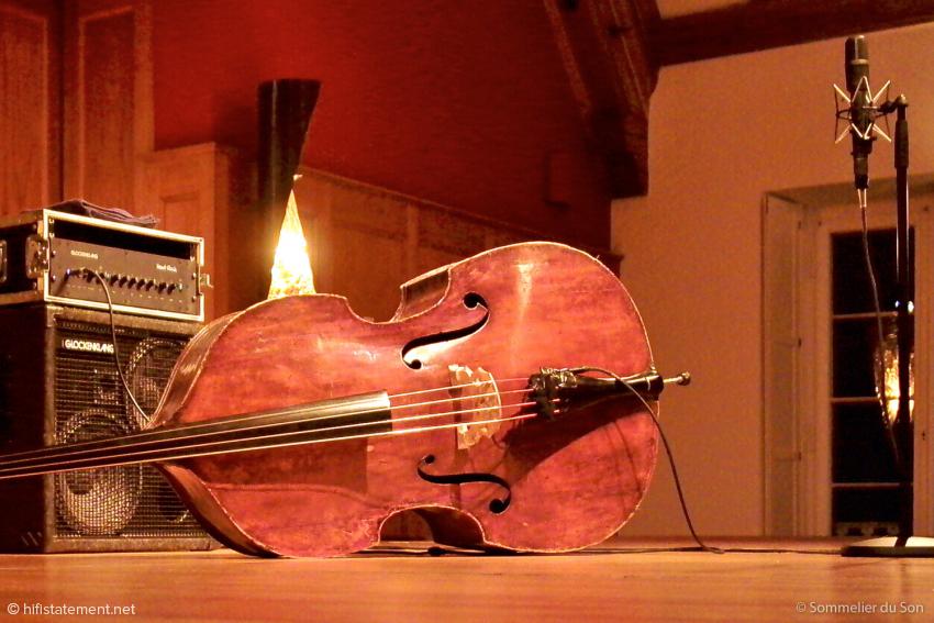 Dieter Ilg verstärkte seinen Kontrabass ausgesprochen dezent mit edlem Equipment von Glockenklang