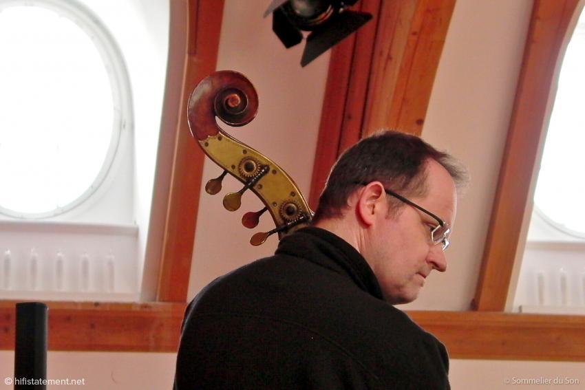 Ein Mann mit Bass stellt sich hochkonzentriert seinem Publikum
