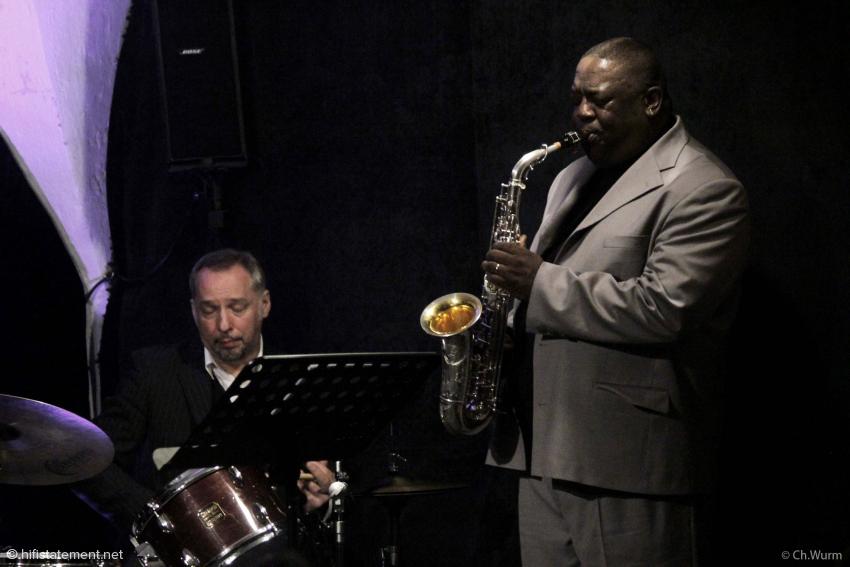 Der aus New Orleans stammende Jesse Davis harmoniert bestens mit Olaf Polziehns deutsch-österreichischem Trio. Musikalisch agiert Schlagzeuger Mario Gonzi glücklicherweise nicht so weit im Hintergrund wie dieses Bild suggeriert