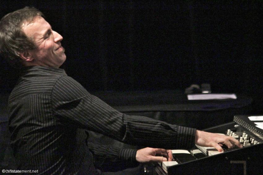 Andi Kissenbeck entlockte seiner transportablen Hammond – wenn man sie bei diesem Gewicht überhaupt so bezeichnen darf – die charakteristischen Sounds vieler Orgel-Heroen, faszinierte aber auch mit einer Reihe sehr eigenständiger Registrierungen