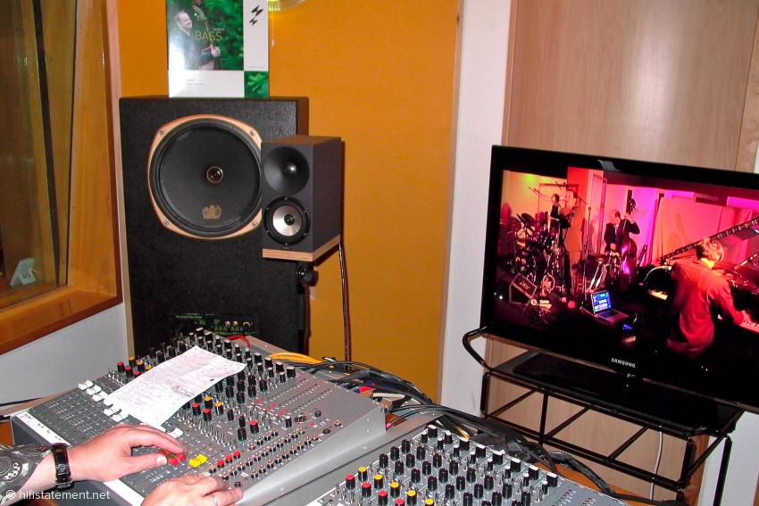 Wirklich ideale Arbeitsbedingungen: Gemischt wurde über die Amphions oder die von Fink Audio Consulting gebauten Monitore mit Tannoy-Chassis. Die Band war per Video zu sehen