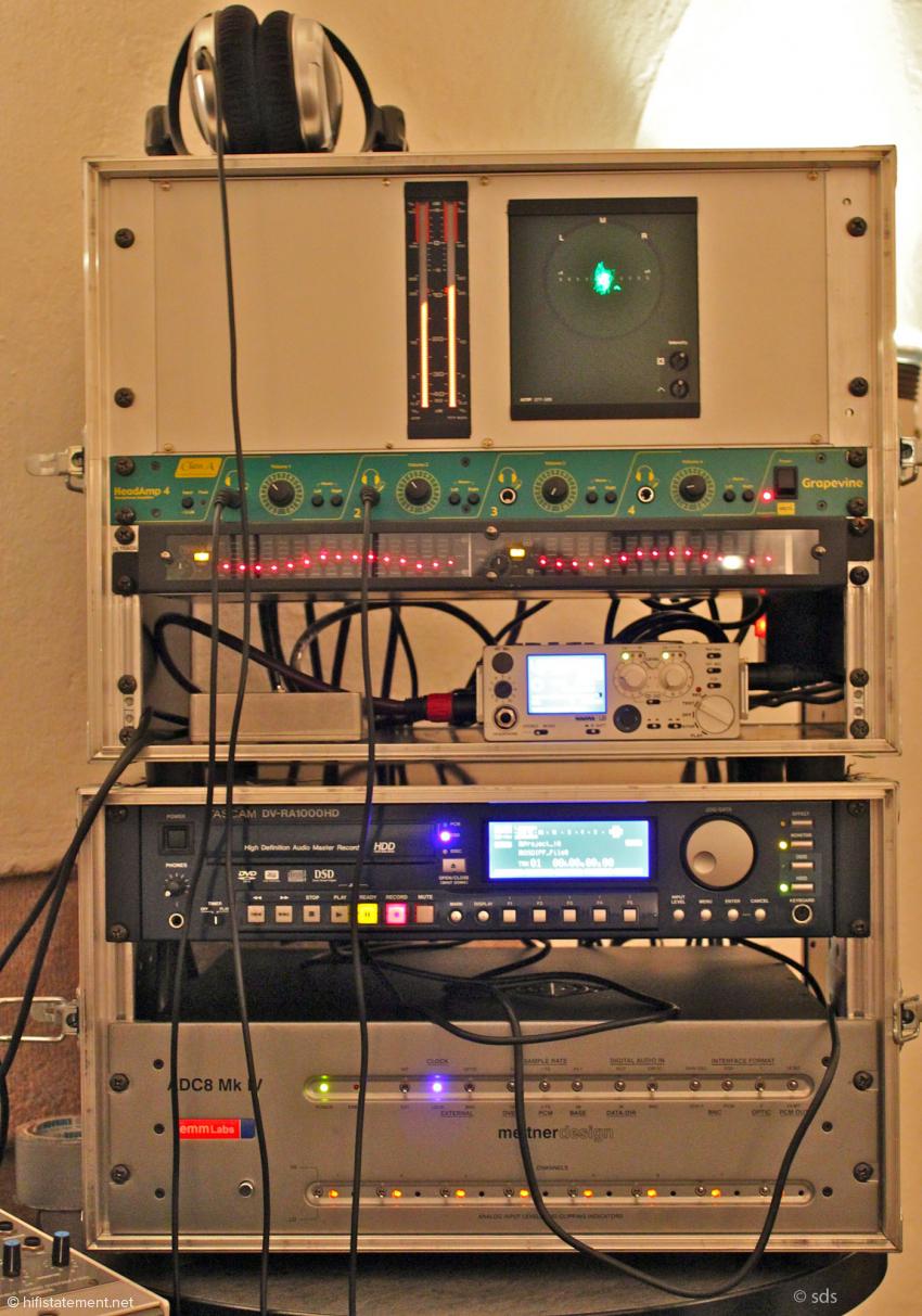 In der sogenannten Recording Box oben im Rack befinden sich die beiden 1-auf-4-Verteilerkarten, ein Peak-Meter, ein Goniometer und die notwendigen Stromversorgungen. Der Equalizer entzerrt den Frequenzgang des Kopfhörer. Die sehr handliche Nagra LB zeichnetet mit 24Bit/192Kilohertz auf, der EMM Labs-Wandler schickte sein DSD-Signal auf den Tascam-Recorder
