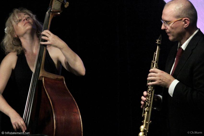 Der Bandleader und die singende Bassistin faszinierten das Publikum mit einen intensiven Duett